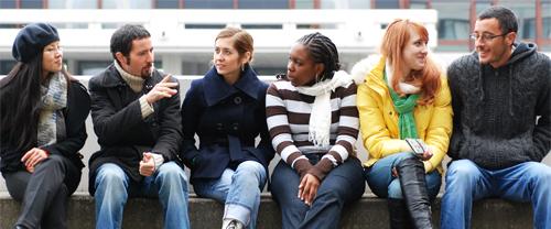 Studentinnen und Studenten im Gespräch vor dem Gebäude der Zentralbibliothek
