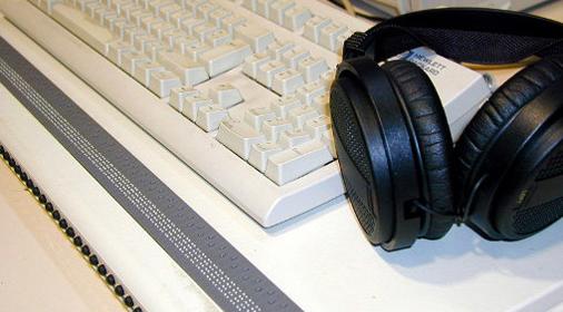 Braille-Tastatur und Kopfhörer