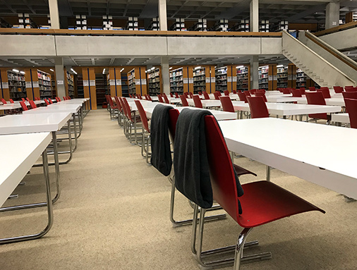 Decken über Stuhl im Lesesaal hängend